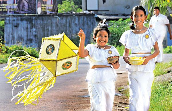 Anak perempuan Sri Lanka membawa lentera untuk perayaan Vesak Puja. Foto:
